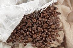 Les grains de café avec la toile aiment cloth.jpg Image libre de droits