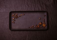 Les grains de café avec un broc se sont décomposés le long des bords du pl Images stock