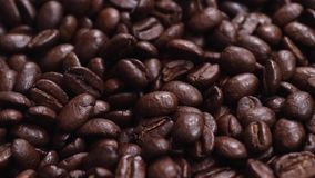 Les grains de café donnent au mouvement une consistance rugueuse lent clips vidéos