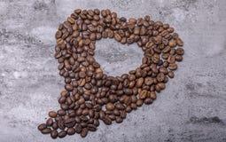 Les grains de café en forme de coeur sont sur la table Photo stock