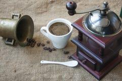 Les grains de café et la broyeur de café, se ferment sur le fond du sac à toile de jute Photographie stock