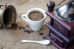 Les grains de café et la broyeur de café, se ferment sur le fond du sac à toile de jute Photo stock