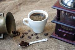 Les grains de café et la broyeur de café, se ferment sur le fond du sac à toile de jute Image libre de droits