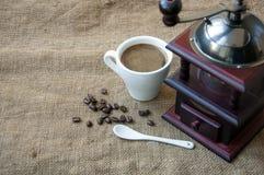 Les grains de café et la broyeur de café, se ferment sur le fond du sac à toile de jute Photographie stock libre de droits