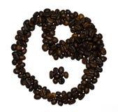 Les grains de café ont formé dans un symbole de yin et de yang Photo libre de droits
