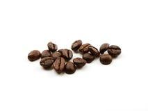 Les grains de café ont isolé un fond blanc Photos stock