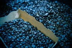 Les grains de café rôtis dans le blox, focalisent une certaine partie de tous Photo stock