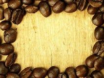 Les grains de café se ferment sur la table de chêne en bois Image libre de droits