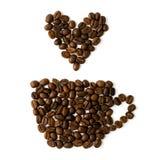 Les grains de café se sont étendus sous forme de tasses et de coeurs sur un fond blanc Photo libre de droits