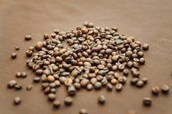 Les grains de café se trouvent sur la table, vue supérieure Plan rapproché photos stock