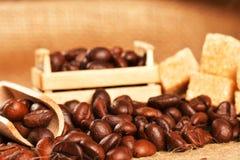 Les grains de café sur le sac à tissu Photos stock