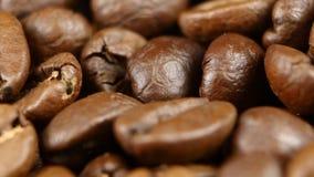 Les grains de café tournent dedans parfaitement sur une plaque tournante Fin vers le haut rotation banque de vidéos