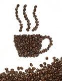 Les grains de café effectuent la forme de cuvette de café Photographie stock libre de droits