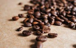 Les grains de caf? se ferment vers le haut images libres de droits