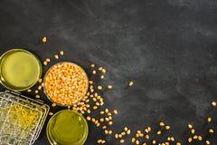 Les grains de maïs d'or faisant les légumes et le fruit huile Photographie stock