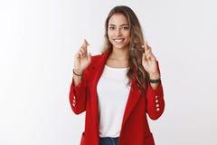 Les grandes espérances mignonnes chanceuses avec du charme de femme passent l'entrevue d'emploi croisent avec succès des doigts p photographie stock libre de droits