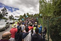Les grandes foules attendent pour présenter la traînée de Moserrate à Bogota Images libres de droits