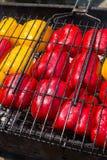 Les grandes moitiés de poivron jaune et rouge ont fait frire sur un gril Photo stock