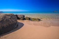 Les grandes pierres sur Chia échouent, la Sardaigne, Italie, l'Europe Images stock