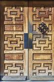 Les grandes portes en bois découpées signifient l'entrée dans le vieux buildng Image libre de droits