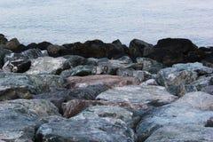 Les grandes roches sur le bord de mer arrosent le paysage marin de bord du ` s le jour d'été Photographie stock libre de droits