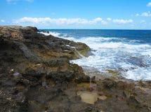 Les grandes vagues sur la roche marchent la mer et le ciel bleus sur Crète Photos libres de droits