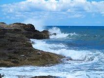 Les grandes vagues sur la roche marchent la mer et le ciel bleus sur Crète Images libres de droits