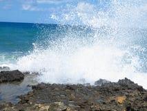 Les grandes vagues sur la roche marchent la mer et le ciel bleus sur Crète Photo libre de droits