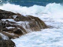 Les grandes vagues sur la roche marchent la mer et le ciel bleus sur Crète Image stock