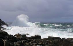 Les grandes vagues sur le ressac d'Unstad échouent, Lofoten, Norvège Images stock