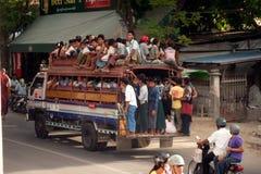 Les grands autobus sont site commun dans Myanmar Photo libre de droits