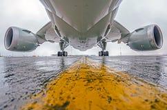 Les grands avions de transport de passagers se sont garés à l'aéroport, à la vue inférieure, au châssis et aux moteurs Image stock