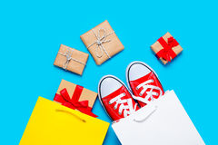 Les grands chaussures en caoutchouc rouges en panier frais et beaux cadeaux s'approchent d'o Image libre de droits