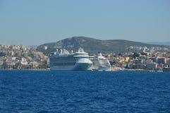 Les grands cruiseships se sont accouplés dans Kusadasi, Turquie Ephesus images libres de droits