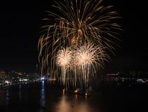 Les grands feux d'artifice jaunes à Pattaya échouent, la Thaïlande Photographie stock libre de droits