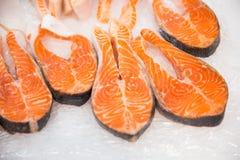Les grands morceaux de poissons rouges sur la glace sur la poissonnerie photographie stock