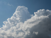 Les grands nuages blancs aiment des montagnes à l'après-midi Photographie stock