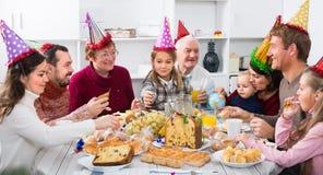 Les grands-parents 60-70 années avec des enfants ont le bon temps Photographie stock libre de droits
