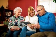 Les grands-parents comparent des photos de la jeunesse aux photos numériques de images libres de droits