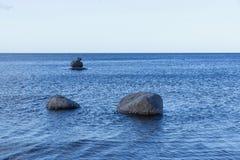 Les grands pierres ou rochers sur une eau apprêtent Photos libres de droits