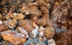Les grands rochers de pierres de diverses formes et tailles ont placé dans les utdoors de ¾ de Ð Photo stock