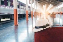 Les grands sacs à dos et le voyage à valises mettent en sac dans la station de train Images libres de droits