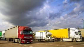 Les grands semi-camions et remorques modernes colorés de différent fait Photos stock