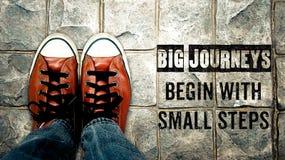 Les grands voyages commencent par de petites étapes, citation d'inspiration photos stock