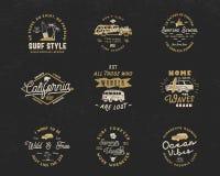 Les graphiques et les emblèmes surfants de vintage ont placé pour le web design ou la copie Calibres de logo de surfer Insignes d Image libre de droits
