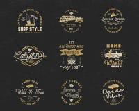 Les graphiques et les emblèmes surfants de vintage ont placé pour le web design ou la copie Calibres de logo de surfer Insignes d Photo libre de droits