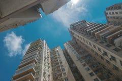 Les gratte-ciel allant à la taille dans la perspective du ciel bleu avec des nuages dans la grande ville Photo stock