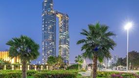 Les gratte-ciel d'Abu Dhabi ont illuminé avec le jour de bâtiments de tours de nation au timelapse de transition de nuit banque de vidéos