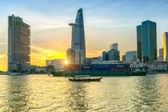 Les gratte-ciel de beauté le long de la rivière urbaine lissent vers le bas la lumière Image stock