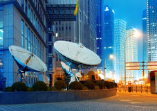 Les gratte-ciel de Changhaï et l'antenne de satellite. photographie stock